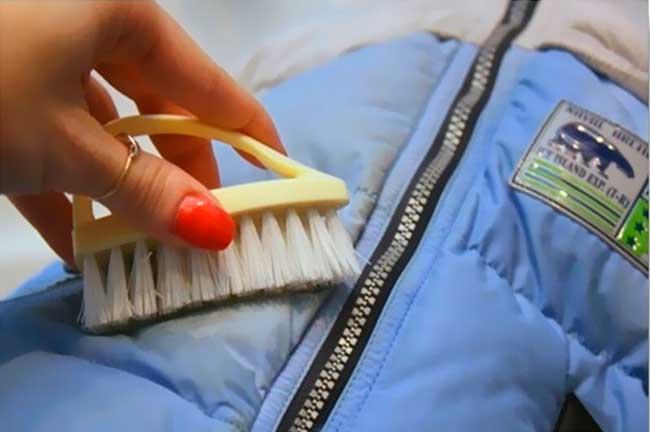 убрать запах пота на пуховике или куртке